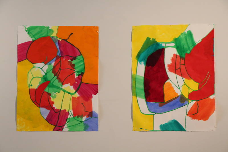 絵の具をたらし、流して描いた線とペイントによる