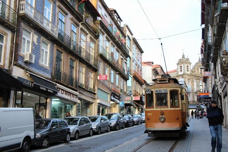 今もレトロな電車が旧市街地を走る