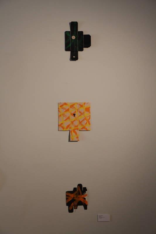 ボタンと紙箱による作品。「ボタン」はポルトガル語が語源(井川惺亮作品)
