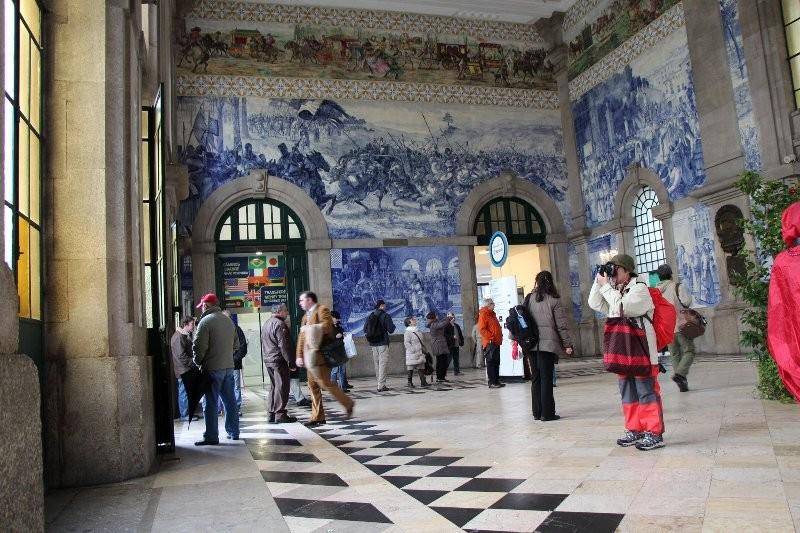 ポルトの玄関口サン・ベント駅構内のアズレージョ