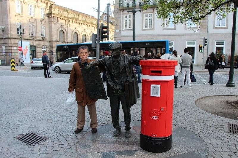 広場のポスト横の彫刻