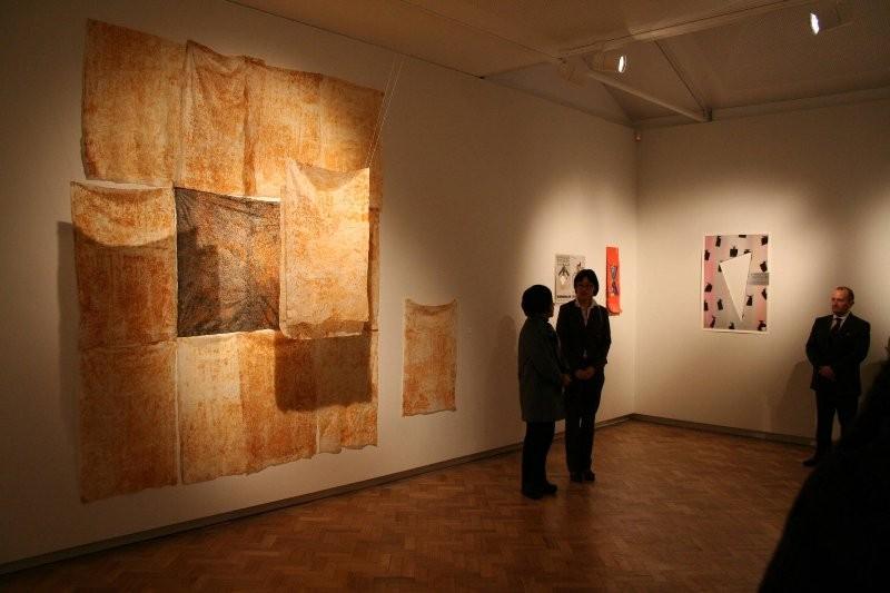 招待作家 姜パレム教授の作品(写真左)