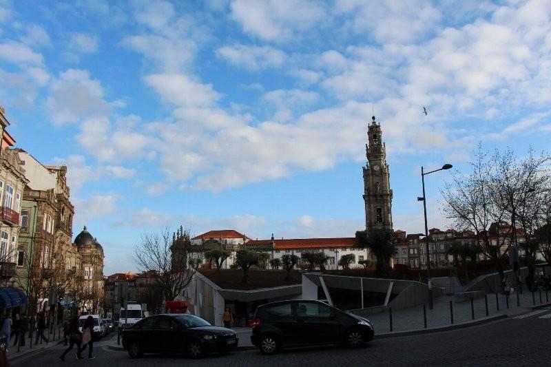 クレゴリス教会の高い鐘楼が見える