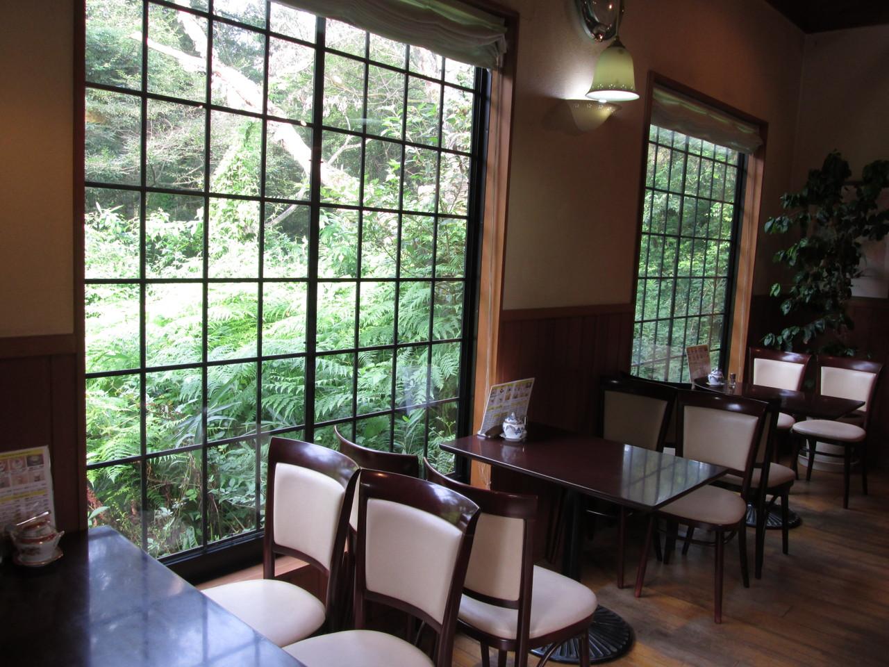 自然の中で珈琲とケーキが楽しめる本格喫茶店「豆家カフェ」店内風景