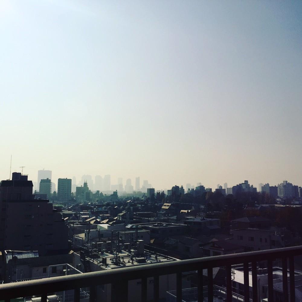 霞む新宿。