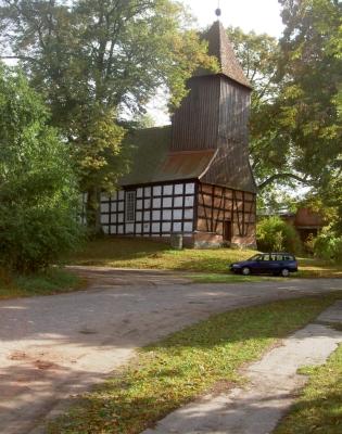 Kirche in Dargersdorf. Dorf liegt abseits der Strecke Gollin-Vietmannsdorf-Templin, sehr ruhig. - Tolle Badestelle am Polsensee, aber mit nahen Bauern-Häusern.