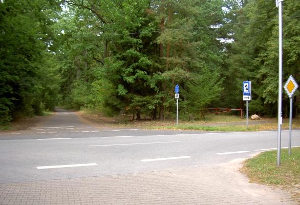 Zusatz-Foto. ---  Abzweig zum Campingplatz Jatour (Am Spring) nach rechts/vorn. Nach links (hinten im Bild) asphaltierter Weg zur Hinterseite des Hotel-Komplexes mit Blick auf das Jagdschloss Hubertusstock (ca. 70m vom verschlossenen Eisentor entfernt)