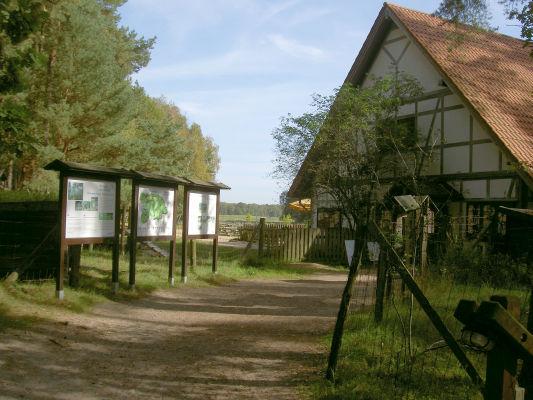 Eingang zum Wildpark Schorfheide, rechts das Besucherhaus mit Restaurant