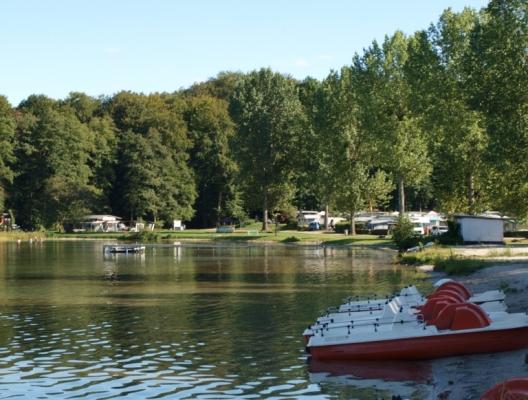 Süßer Winkel, Campingplatz mit Bootsverleih. - Herrlicher Strand in Form einer Bucht. Wanderweg führt hindurch, also problemlos von allen betretbar.