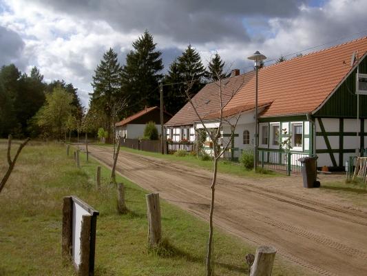 Bebersee am nordlichen Ortsende (Weg nach Groß Väter, für PKW frei). - Zauberhaftes Dorf mit Fachwerkhäusern.