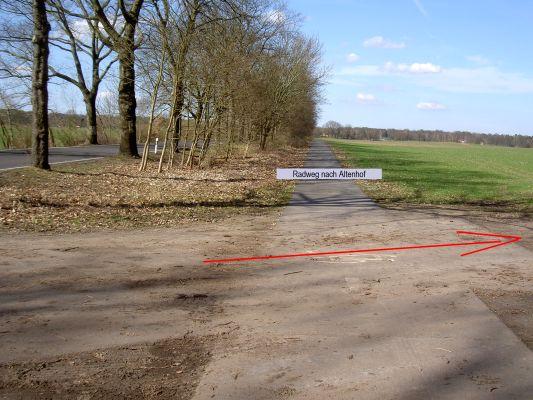 Der Radweg nach Altenhof (am Werbellinsee) wird überquert.