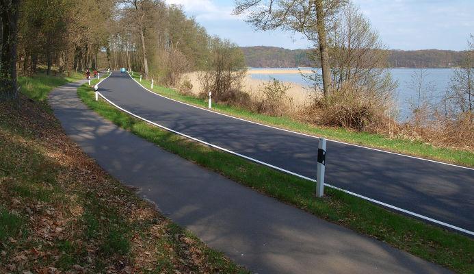 Straße am nördlichen Werbellinsee (L220) und begeitender Radweg Berlin Usedom. - Ort: auf halber Strecke zwischen Am Spring und Michen.