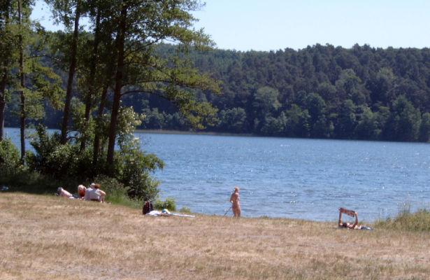 Badewiese in Michen am Werbellinsee. Der kleine Parkplatz davor ist im Sommer kostenpflichtig.