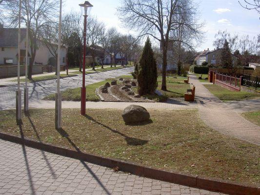Blick nach links (ungefähr Westen). - Sehr gepflegte Grünanlage gegenüber der Kirche.