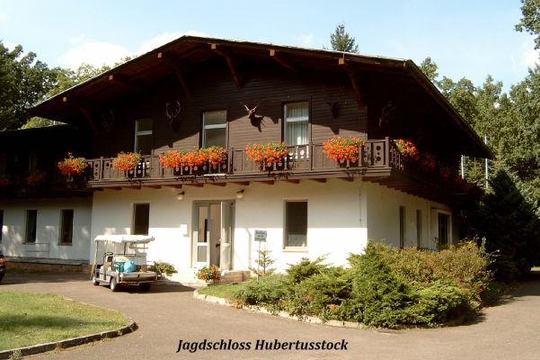"""Das """"Jagdschloss"""" im altbayerischen Stil von vorn gesehen (rechter Teil). Hier verhandelte F.J. Strauss mit Honecker über einen Milliardenkredit (politisch höchst umstrittene Einzelaktion)."""