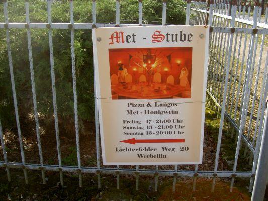 """Im Zentrum von Werbellin weist ein Schild auf die """"Metstube"""" hin. - Sehr stilvolles Angebot."""