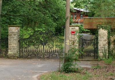 Jagdschloss Hubertusstock - Ansicht von hinten. Gelände ist nicht mehr öffentlich zugänglich, aber vom verschlossenen Tor auf der Rückseite hat man relativ gute Sicht.