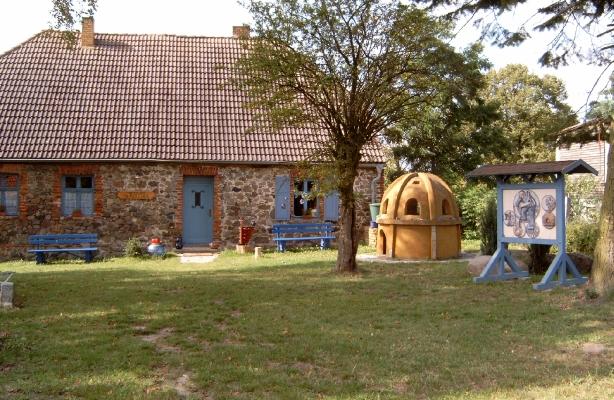 Kleines Glas-Museum in Neugrimnitz. Verschiedene Kunst-Ausstellungen und Veranstaltungen. - Grundstück ist zur Rast geeignet. Sehr ansprechende Dorf-Umgebung!