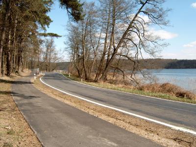 Radweg Berlin-Usedom am Werbellinsee, straßenbegleitend (ca. halbe Strecke am See). Foto frisch nach der Fertigstellung.
