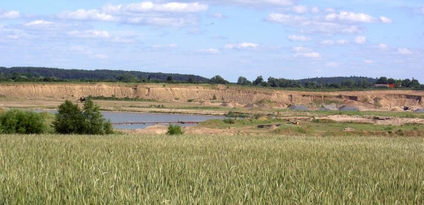 Riesige Kiesgrube - ungefähr zwischen Sperlingsherberge (bei Neugrimnitz), B198 und Groß Ziethen.