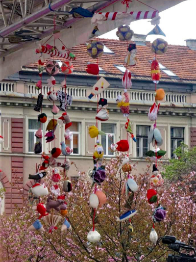 サラエボ市で開催された桜祭りに展示されたつるし飾り