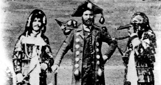 Die älteste Darstellung eines Schwerttänzers zeigt ihn gemeinsam mit zwei Hänsele auf einer Fotomontage anlässlich der Seegfrörne 1880.