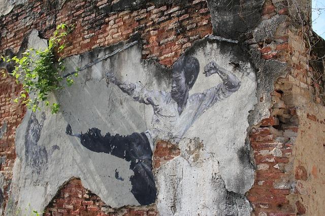 Ein Wandgemälde von Bruce Lee, auf dem er einen Sprungtritt macht.