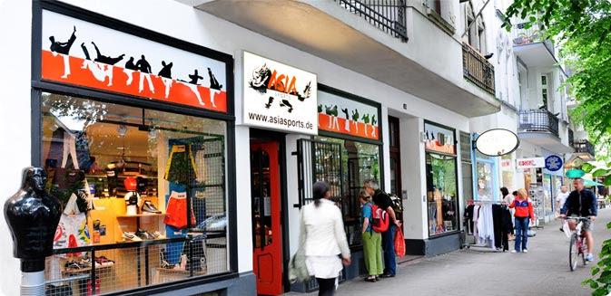 Die Vorderseite und der Eingangsbereich des Geschäfts für Kampfsportartikel Asia Sports in Hamburg.