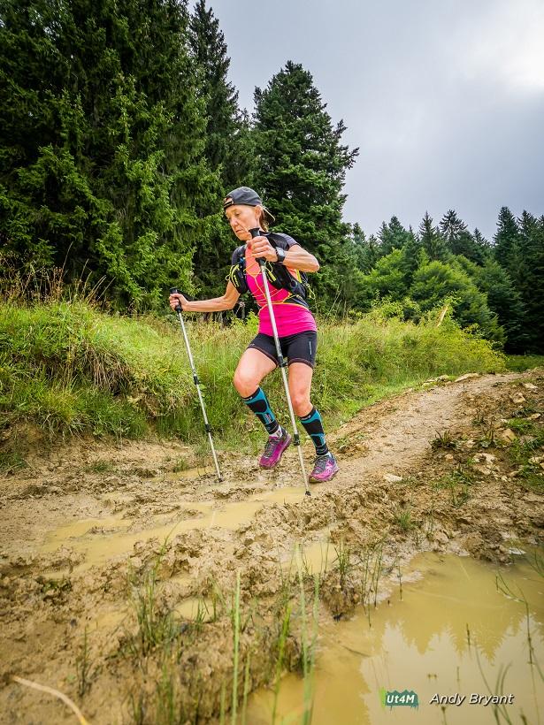 56-Agnès tente d'éviter la boue présente sur ce 2nd trail..