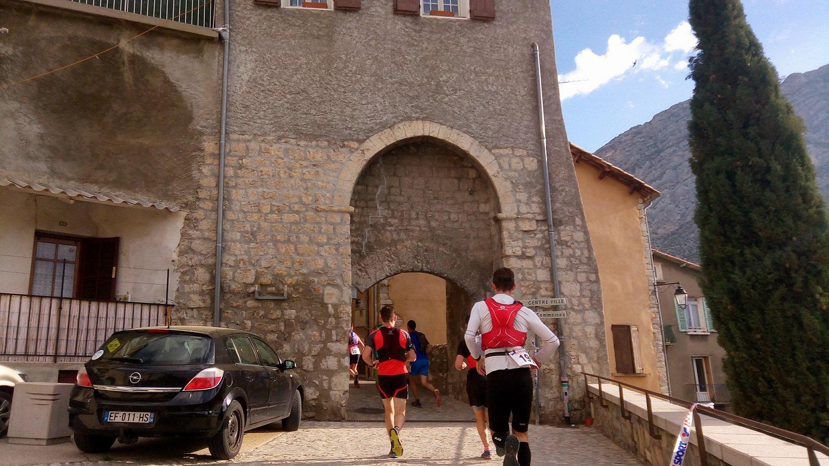 12-Les 2 parcours débutent par la montée du centre-ville de Sisteron