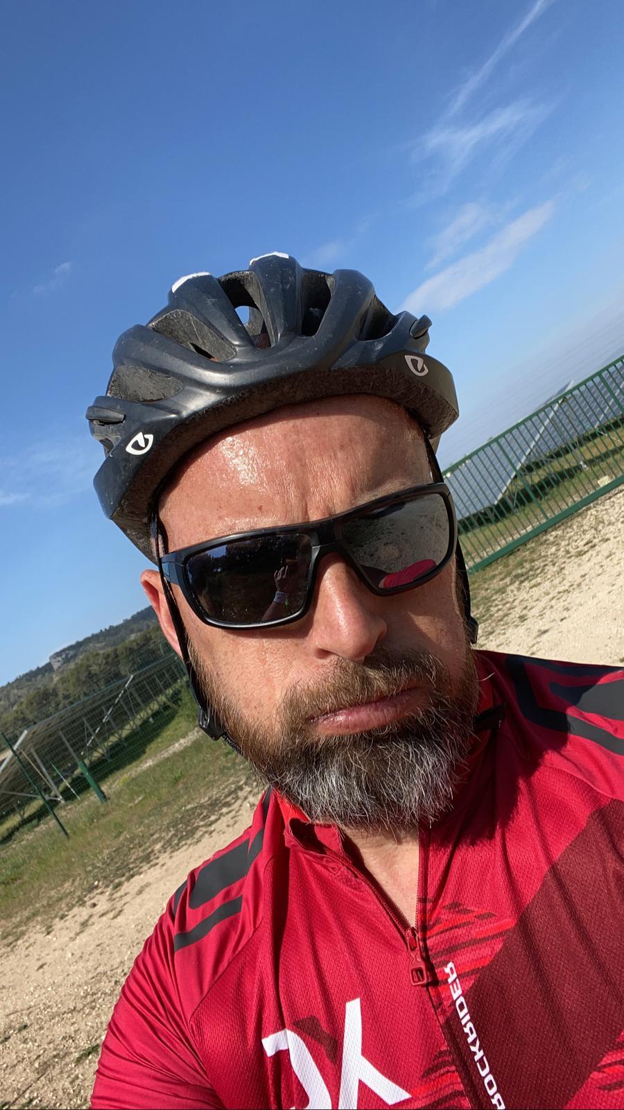 17-Francis, lui, s'attaque au vélo