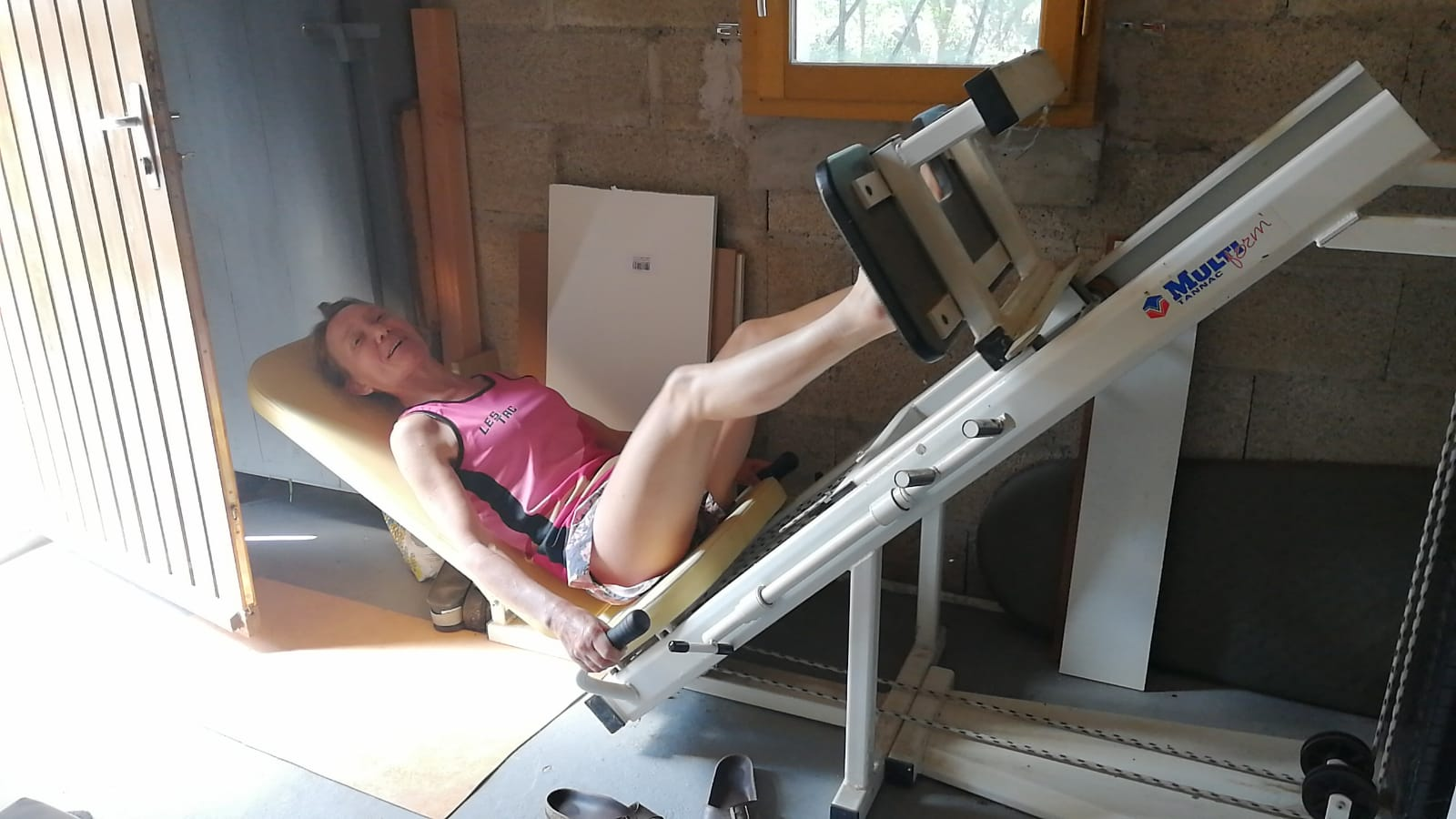 35-Agnès se muscle les gambettes