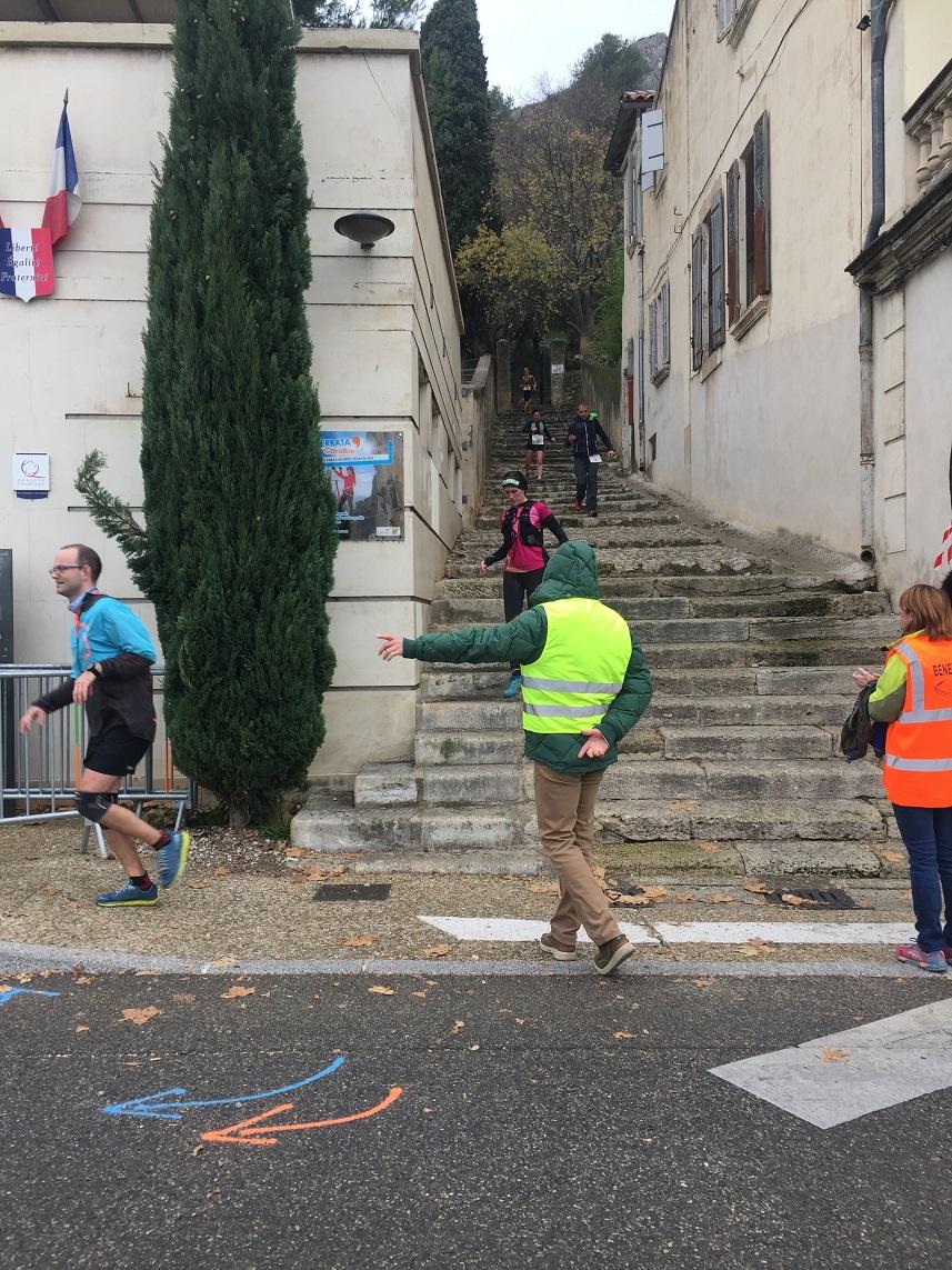 40-Au tour de Marisol de descendre les marches..