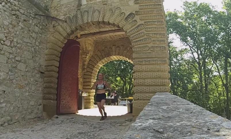 9-Agnès qui traverse le château à son tour