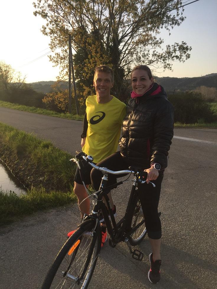 3-Mlle Tortue fera ce marathon en vélo à mes côtés, ravito sur le porte-bagages