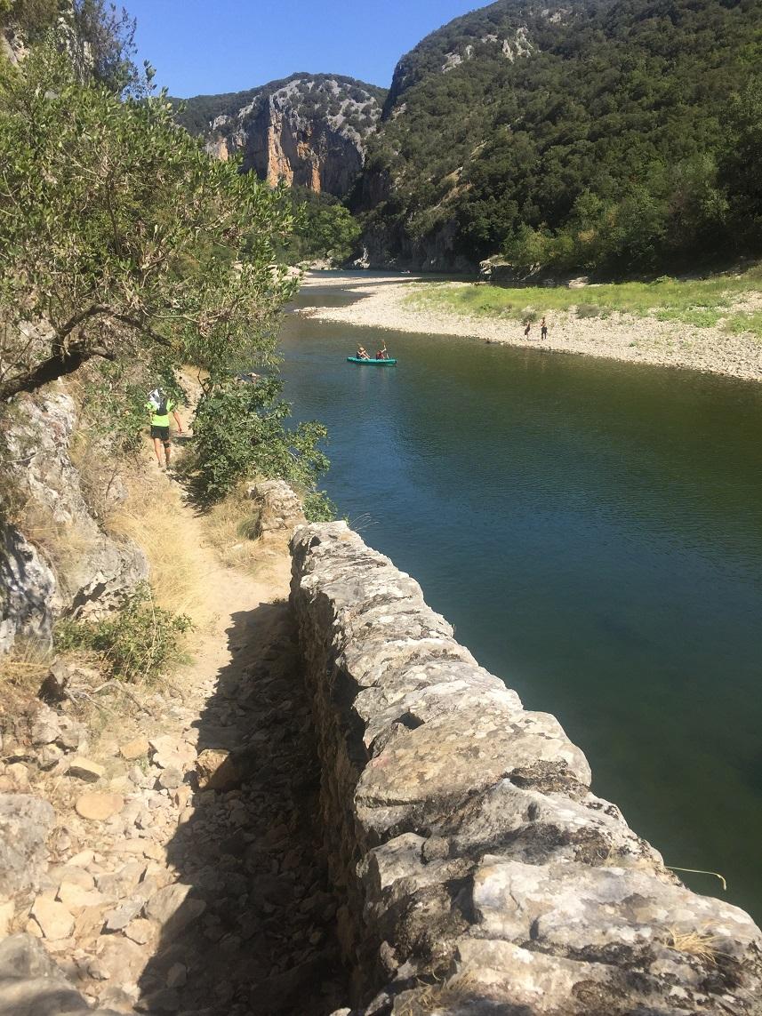 20-Après une longue descente on va longer la rivière