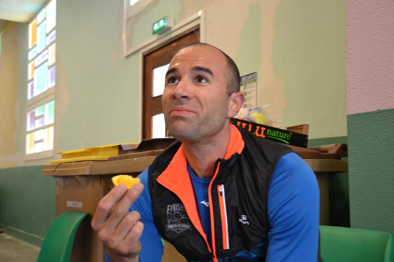 33-Jean-Marie mange les peaux d'orange.. Il n'est pas au top..