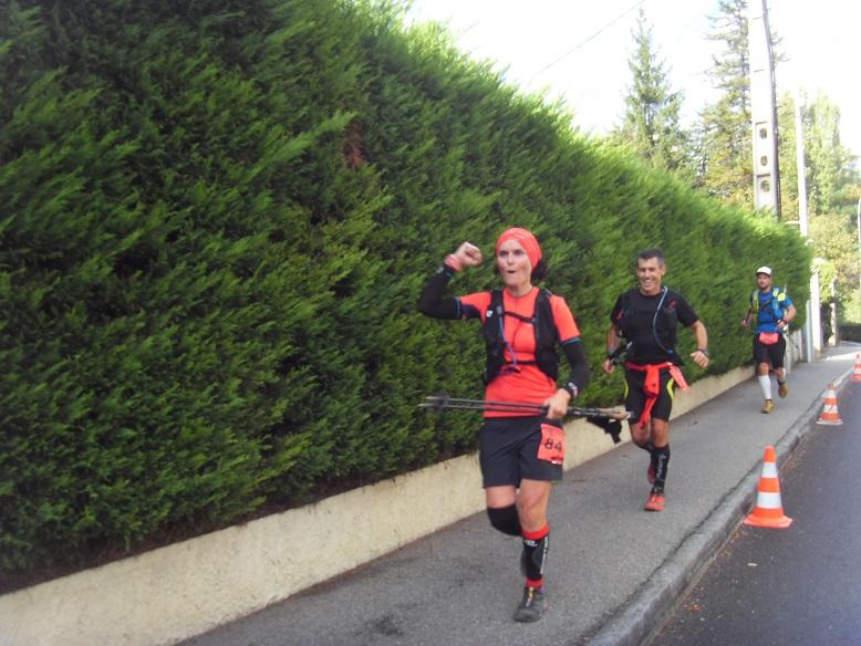 44-Et qui voilà: Ca y'est, plus que 1km pour Bérengère et Erwan, qui gardent le sourire