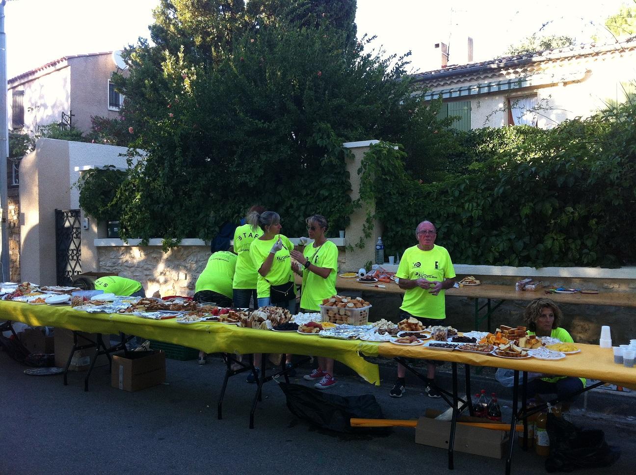 6-Les bénévoles et les victuailles attendent les coureurs..
