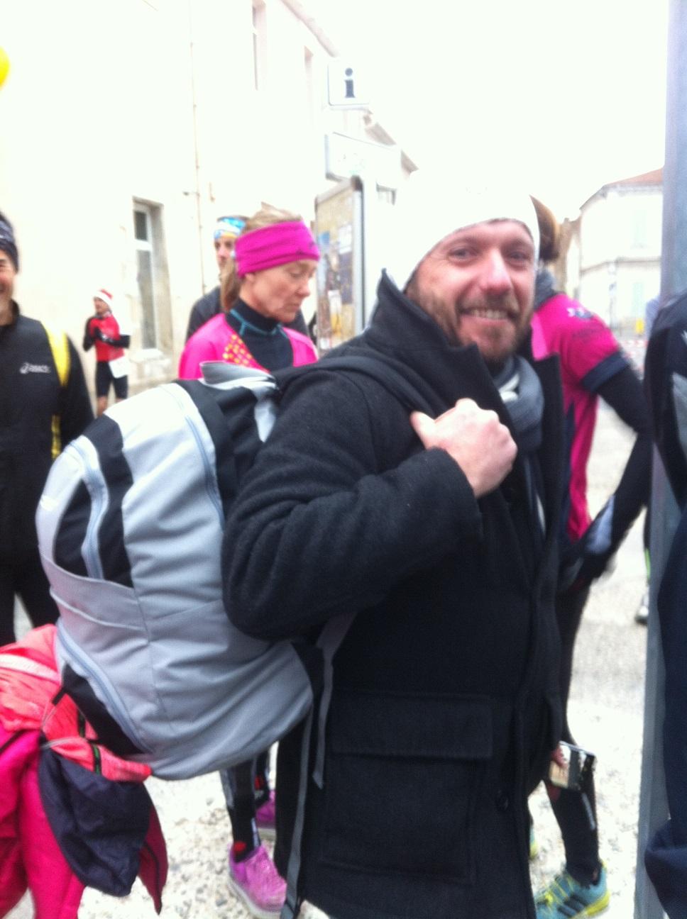6-Cédric est supporter et sherpa, chargé avec nos vestes..