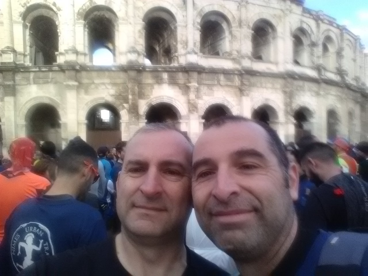 4-Avec mon frère devant les arènes avant le départ