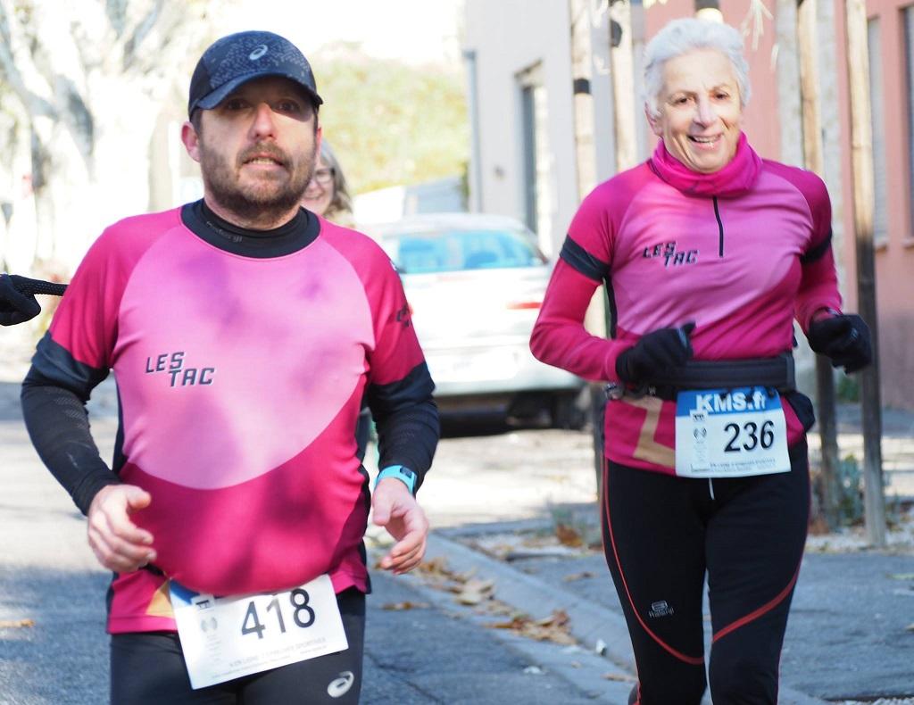 43-Et voici Geneviève & Cédric 200m avant l'arrivée, encouragés par Christine