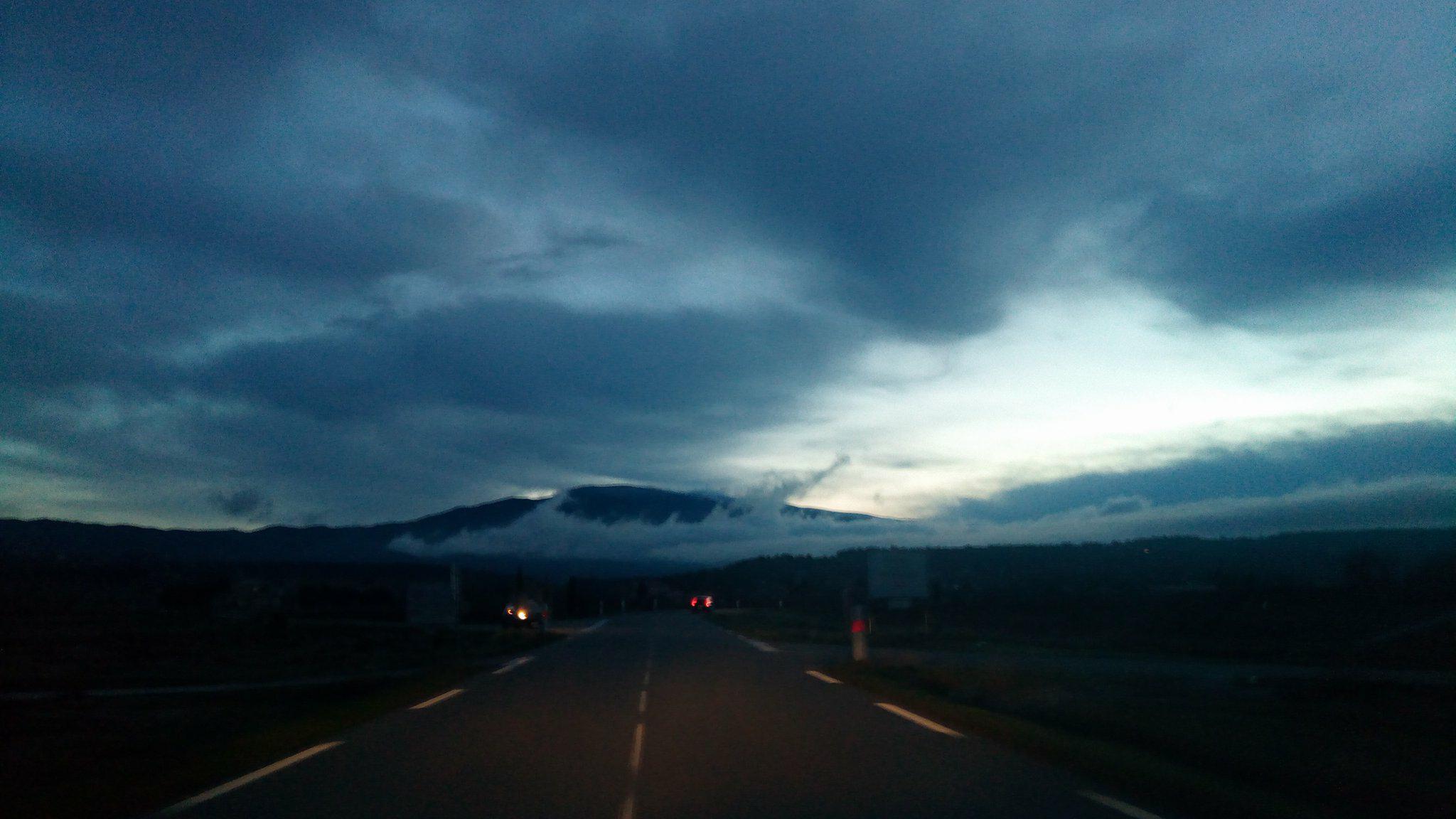 1-Le jour se lève sur le redoutable Mont Ventoux qui nous attend..
