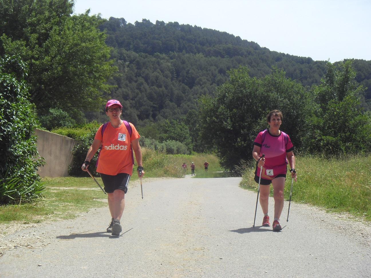 26-Voici Mag' & sa soeur, à 500m du but..