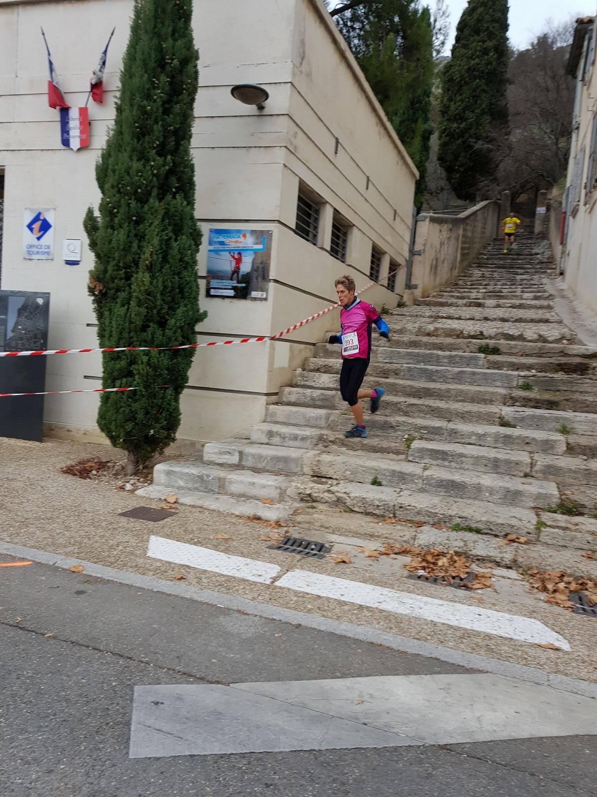 26-Ceux du long en finissent déjà, voici le Blond à balle sur les marches..