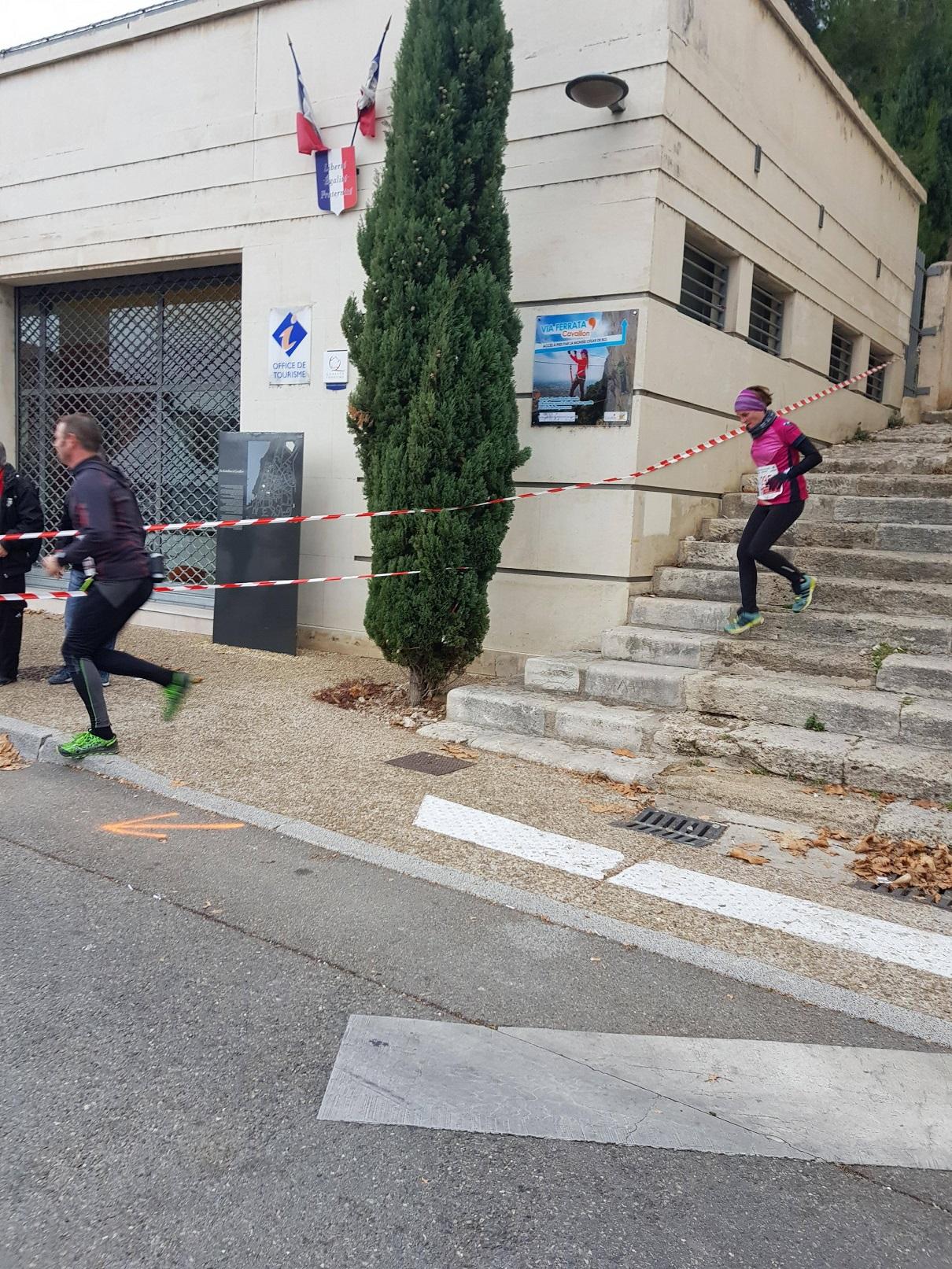 41-Petits pas de Bérengère sur les marches..