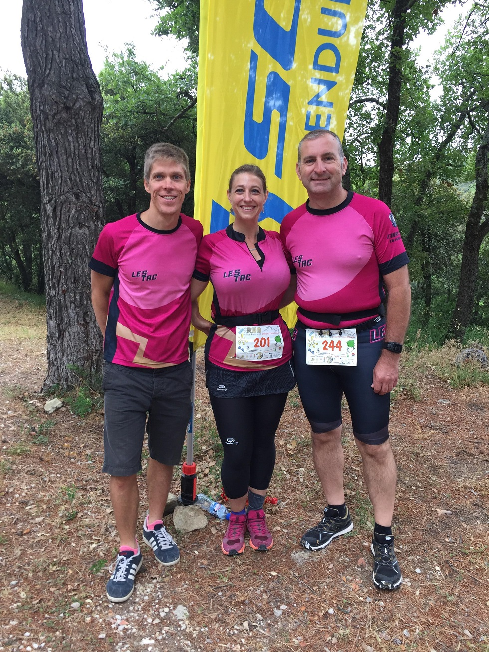 4-Deux coureurs, un supporter