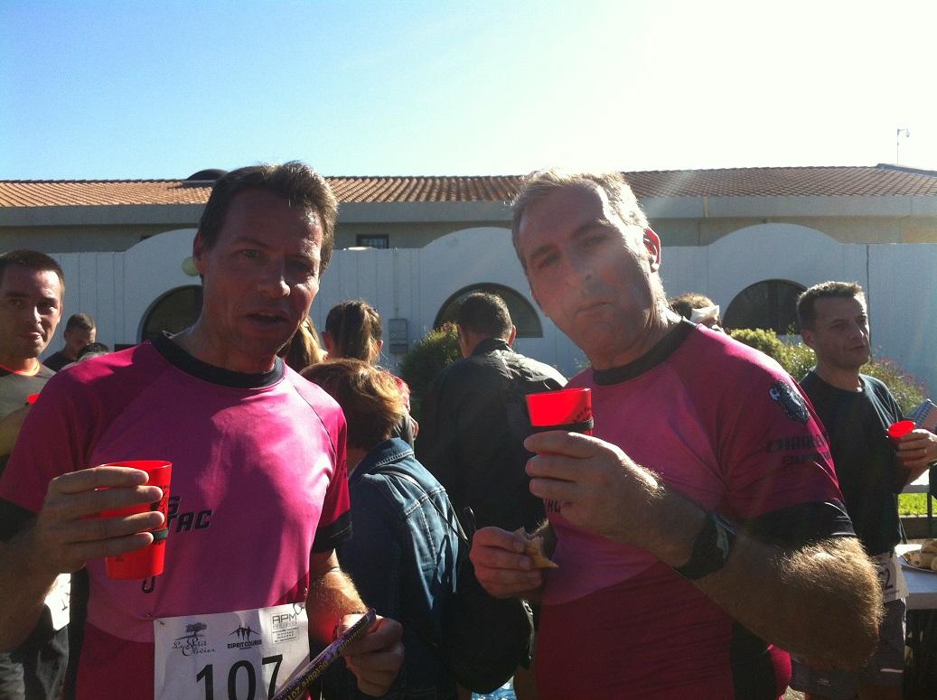 27-Thomas et Manu dégustent l'eau du ravito d'après-course
