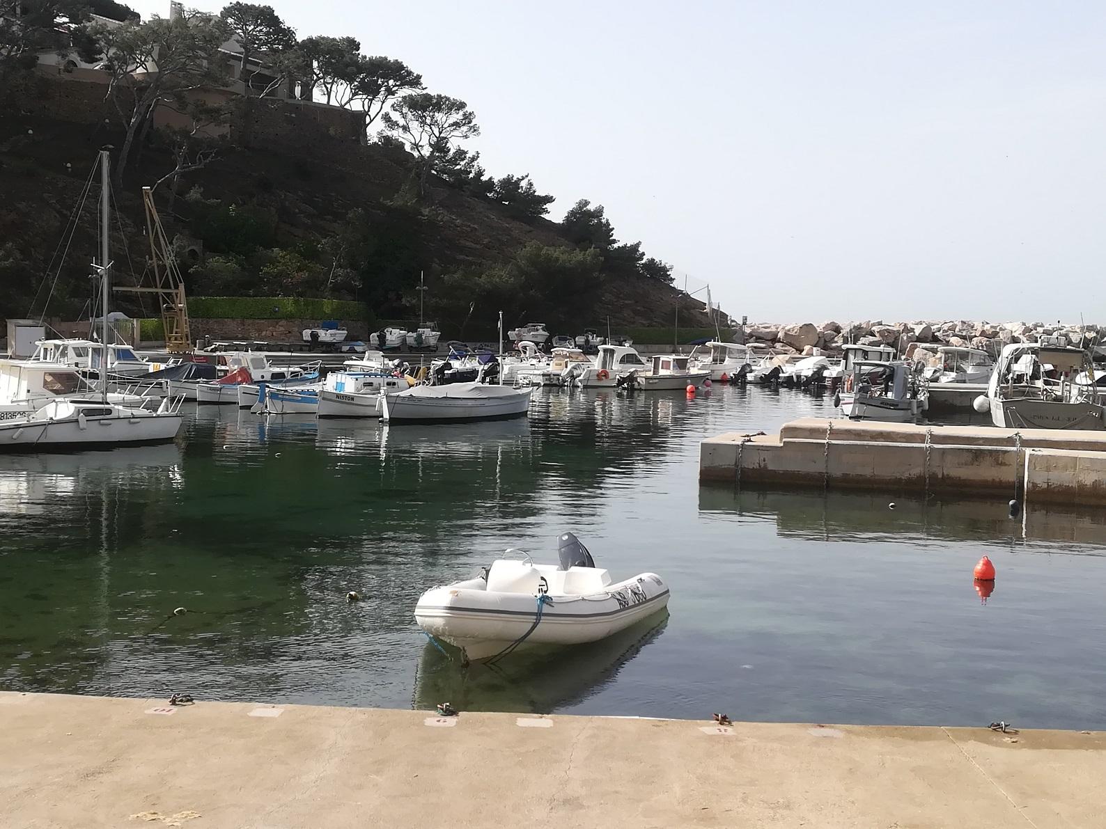 21-On passe par le joli petit port de Méjean