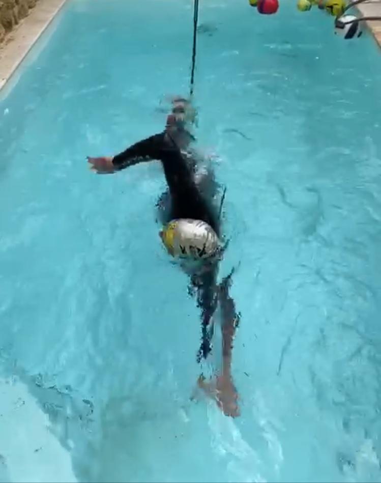 9-Francis en pleine natation-à-corde (!)
